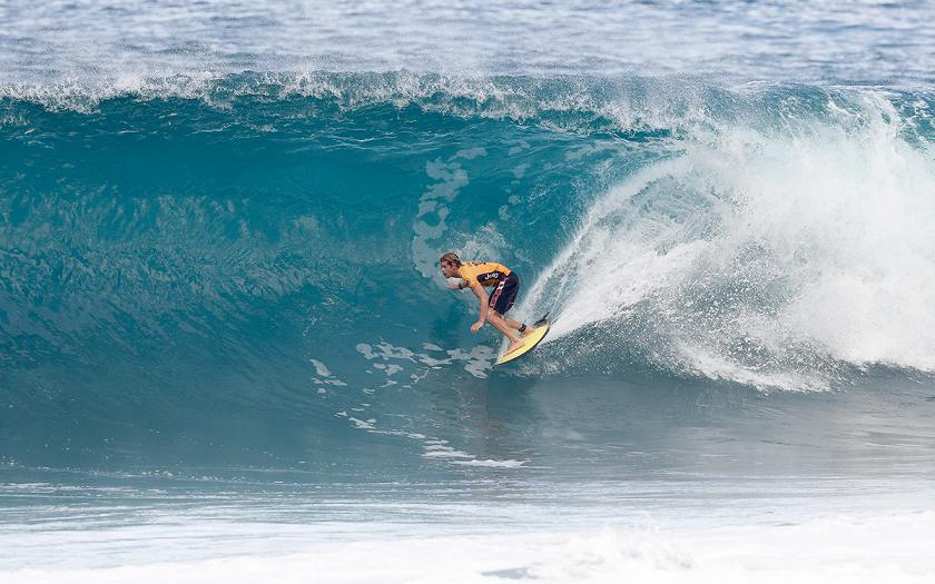 21a5b2478ea990 Opening Round of Billabong Pipe Masters Heats Up World Title Race ...